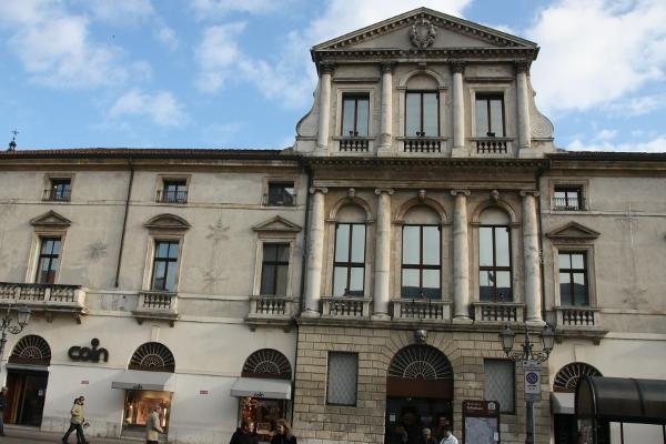 Едно от милионите палацота в ренесансовото градче