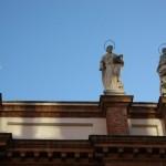 Статуи, накацали по ръба на покрива