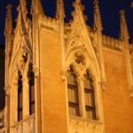 А вечер осветяват фасадите с прожектори