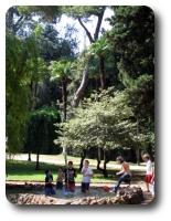 Деца във фонтана на вила Челимонтана