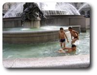Деца във фонтана на Пиаца дела Република